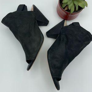 Vince Camuto Peep toe black shoes sz 8